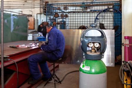 Hoe plaats je veilig een reduceerventiel op gasflessen: een stappenplan
